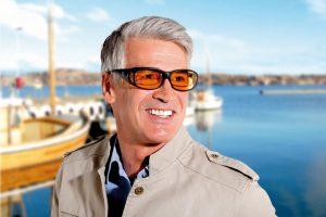 Mann trägt eine Kantenfilterbrille