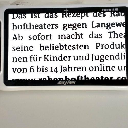 elektronische Lupe Pangoo 8 auf einer Zeitung